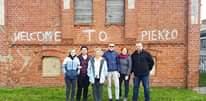Obraz może zawierać: 6 osób, uśmiechnięci ludzie, ludzie stoją i na zewnątrz