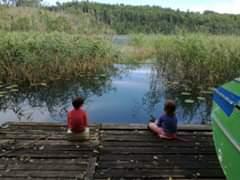 Obraz może zawierać: co najmniej jedna osoba, niebo, dziecko, na zewnątrz, woda i przyroda
