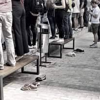 Obraz może zawierać: co najmniej jedna osoba i buty