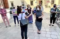 Obraz może zawierać: 3 osoby, ludzie stoją i na zewnątrz