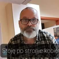 Image may contain: 1 person, beard and eyeglasses, text that says 'Stoję po stronie kobie'