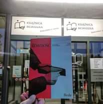 Image may contain: one or more people, text that says 'KSIĄŻNICA BESKIDZKA Biblioteka Bibliotekazwizja wizja KSIĄŻNICA BESKIDZKA Biblioteka 5 MONITOROWANY OBIEKT Wtorek ŻNICA KIDZKA Sobota Bieda'