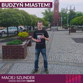 Image may contain: 1 person, standing and outdoor, text that says 'BUDZYŃ MIASTEM! MACIEJ SZLINDER ZARZĄD KRAJOWY razem'