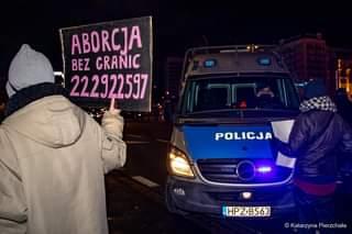 May be an image of one or more people, outdoors and text that says 'ABORCJA BEZ GRANIC 222922597 1u POLICJA HPZ·B563 © Katarzyna Pierzchała'