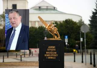 May be an image of 1 person, monument, outdoors and text that says '@ JANOWI SZYSZCE WDZIĘCZNI DEWELOPERZY DRWALE'